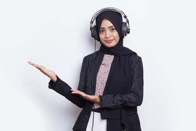 Mulher muçulmana asiática usando o serviço de atendimento ao cliente da operadora hijab apontando com os dedos para as direções