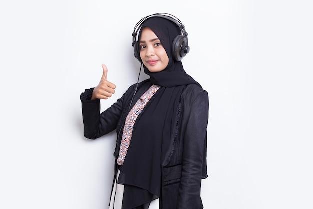Mulher muçulmana asiática usando o serviço de atendimento ao cliente do operador hijab isolado no fundo branco