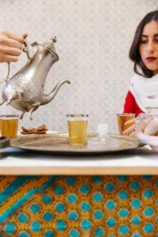 Mulher muçulmana, bebendo, chá