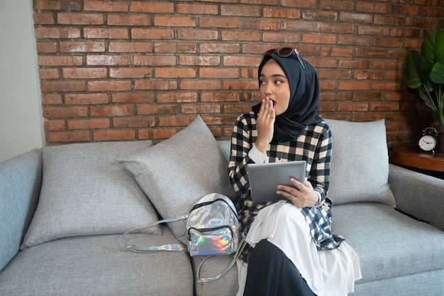 Mulher muçulmana chocada, cobrindo a boca