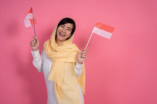 Mulher muçulmana com bandeira nacional da indonésia