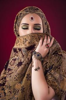 Mulher muçulmana com jóias agradáveis