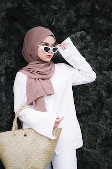 Mulher muçulmana elegante usando hijab e óculos escuros