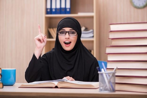 Mulher muçulmana estudante se preparando para os exames