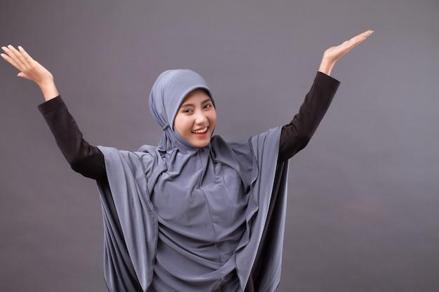 Mulher muçulmana excitada, surpresa, feliz e sorridente com hijab ou lenço na cabeça