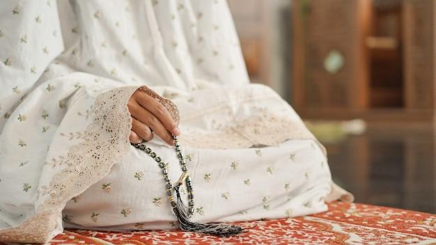 Mulher muçulmana fazendo dhikr na mesquita