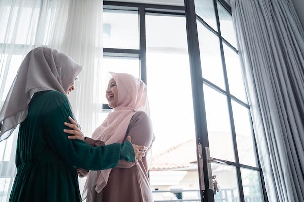 Mulher muçulmana hijab felizmente conhece sua irmã