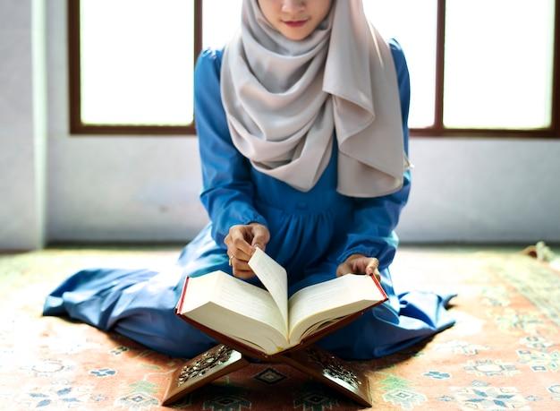 Mulher muçulmana, leitura, de, a, quran