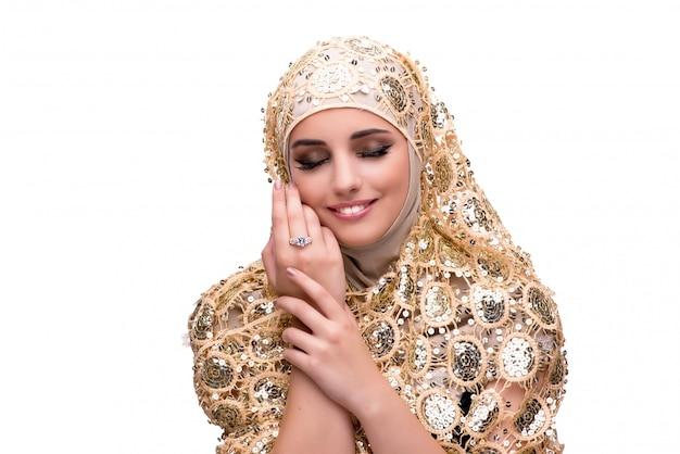 Mulher muçulmana no conceito de moda isolado