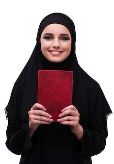 Mulher muçulmana no vestido preto isolado no branco