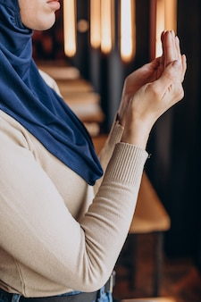 Mulher muçulmana orando no ramadã