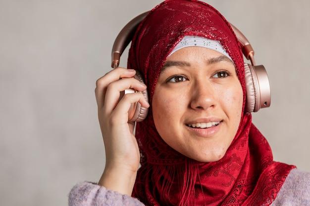 Mulher muçulmana ouvindo música