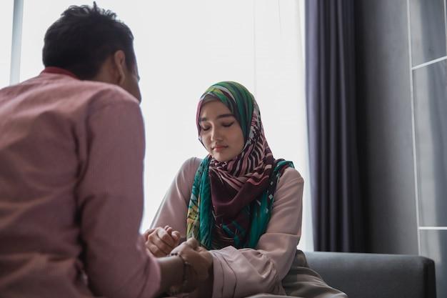 Mulher muçulmana preocupada, compartilhando o problema