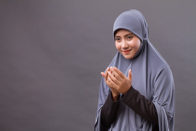 Mulher muçulmana rezando, pose de oração