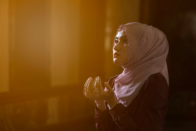 Mulher muçulmana rezando