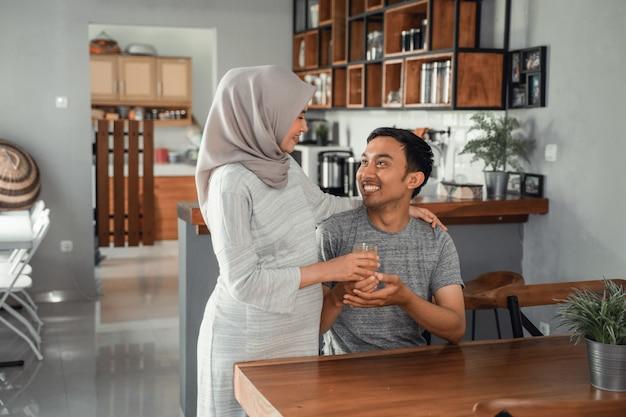 Mulher muçulmana serviu o marido com suco de frutas