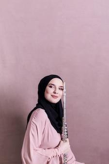 Mulher muçulmana tocando flauta