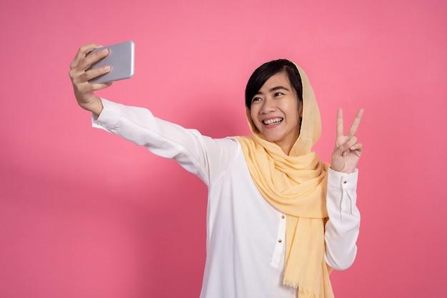 Mulher muçulmana tomando selfie