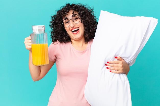 Mulher muito árabe de pijama e com uma almofada.