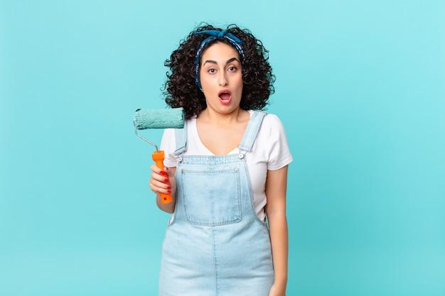 Mulher muito árabe parecendo muito chocada ou surpresa. conceito de pintura de casa