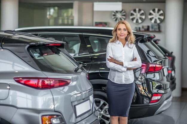 Mulher muito confiante em uma concessionária de automóveis
