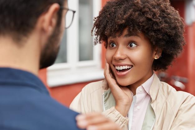 Mulher muito feliz recebe notícias agradáveis inesperadas
