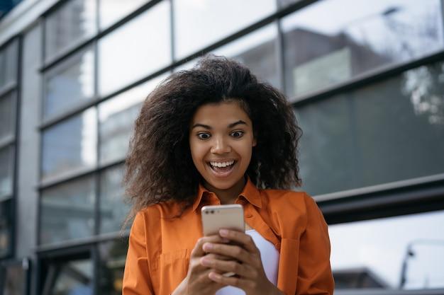 Mulher muito feliz usando inteligente com aplicativo móvel para compras on-line, pedir comida