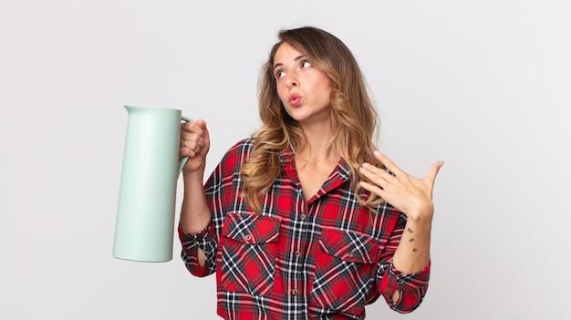 Mulher muito magra se sentindo estressada, ansiosa, cansada e frustrada e segurando uma garrafa térmica de café