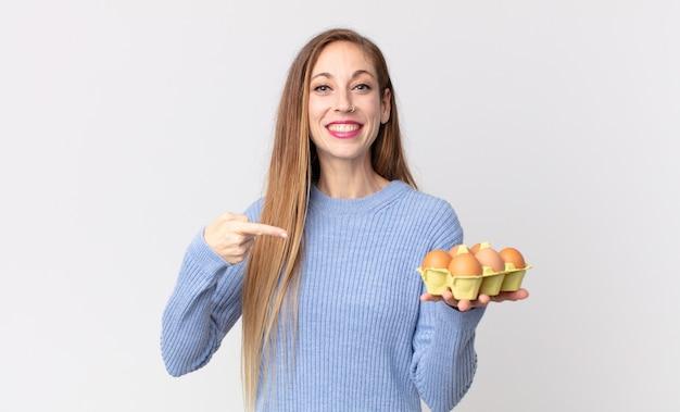 Mulher muito magra segurando uma caixa de ovos