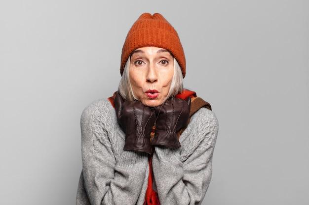Mulher muito sênior, vestindo roupas de inverno. conceito frio