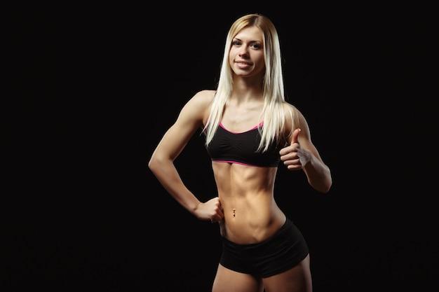 Mulher muscular com polegar acima