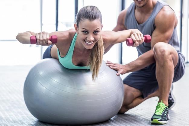 Mulher muscular levantando um haltere
