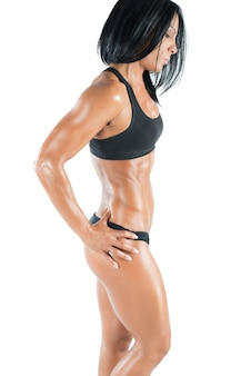 Mulher musculosa em pose com roupa íntima esportiva