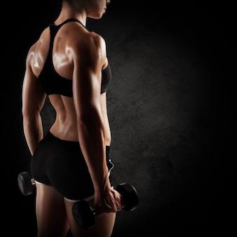 Mulher musculosa em shorts e esportes top