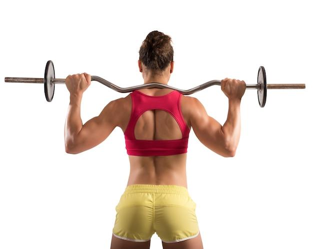 Mulher musculosa levantando um estabilizador com pesos