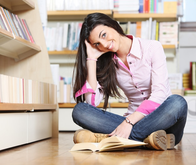 Mulher na biblioteca