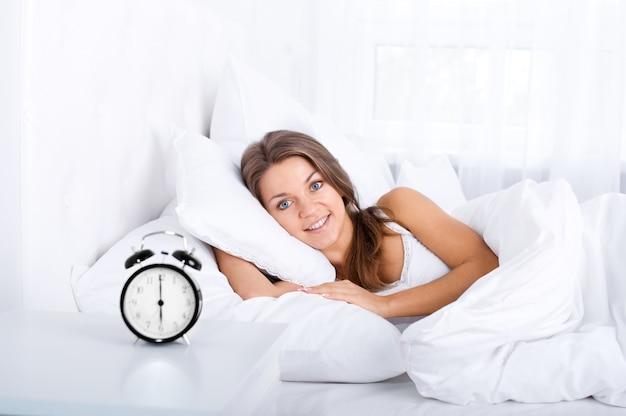Mulher na cama acordando