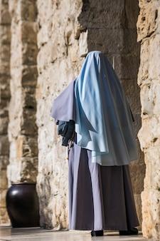 Mulher na cidade velha de jerusalém