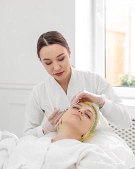 Mulher na clínica de beleza para tratamento de preenchimento