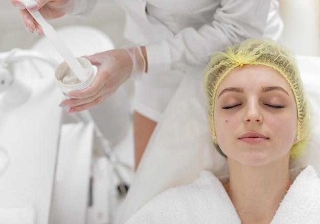 Mulher na clínica de beleza para tratamento facial