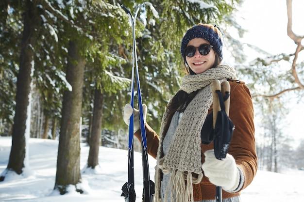 Mulher na estação de esqui