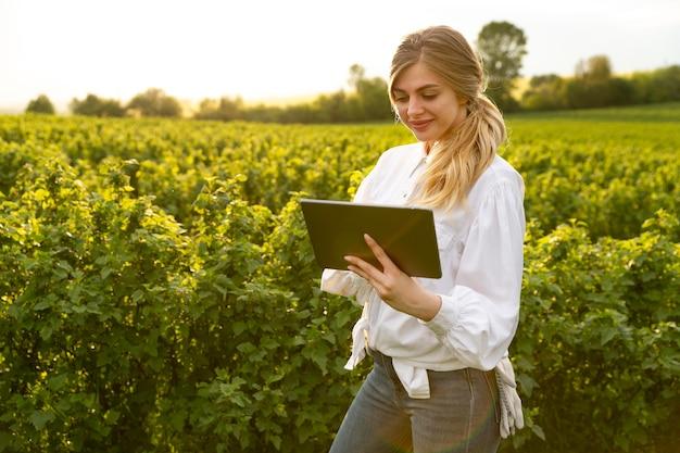 Mulher na fazenda com tablet