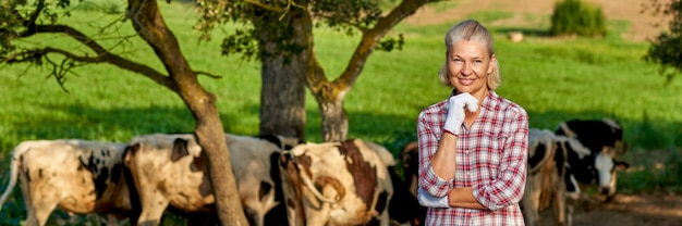 Mulher na fazenda rural com vaca leiteira.