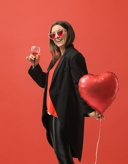 Mulher na festa bebendo vinho