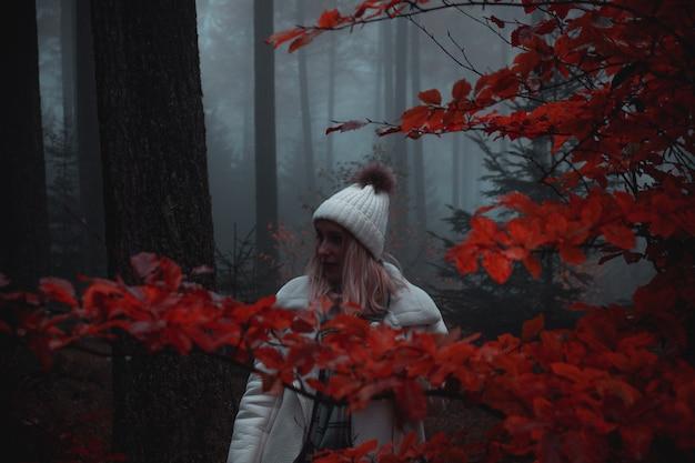 Mulher na floresta durante o outono