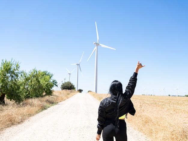 Mulher na frente da ecologia de turbinas eólicas