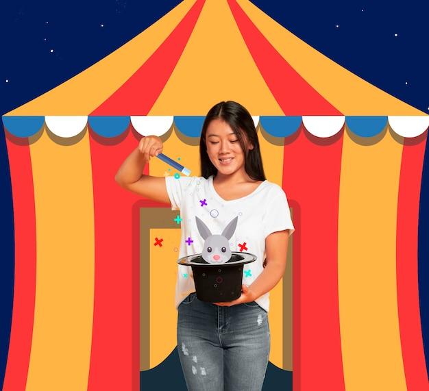 Mulher na frente de uma tenda de circo com um chapéu de coco