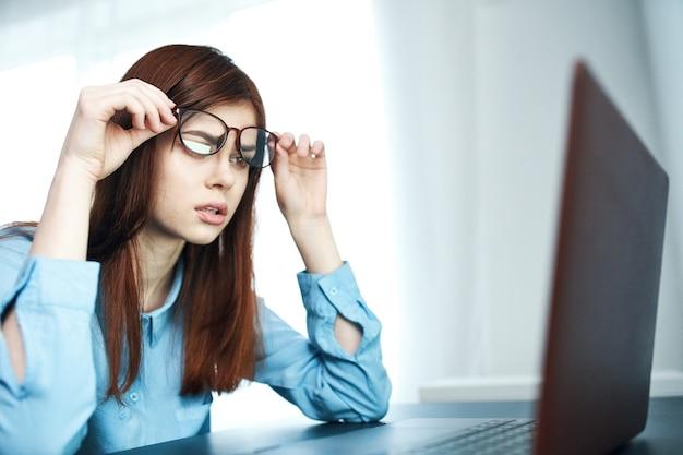 Mulher na frente do laptop fadiga e nervosismo