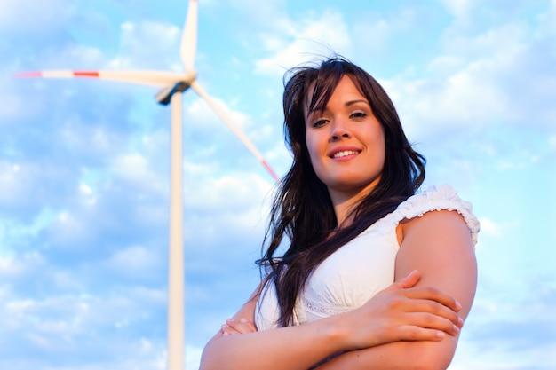 Mulher na frente do moinho de vento e céu