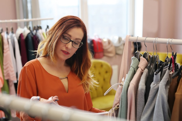 Mulher na loja de roupas